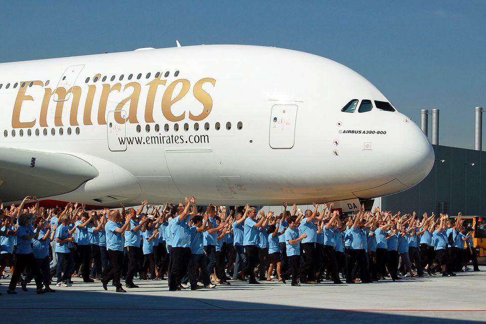 Follow Me: Airbus-Mitarbeiter jubeln 2008 bei der Auslieferung der ersten A380 an Emirates. © Till Bartels
