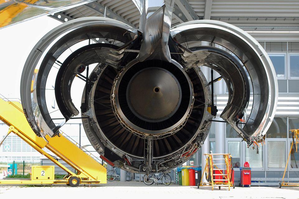 Follow Me: Geöffnetes Triebwerk vom Typ Trent 970 von Rolls-Royce an einer A380. © Till Bartels