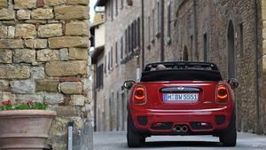 Mini John Cooper Works Cabrio - das offene Dach baut sich allzu hoch im Innenspiegel auf