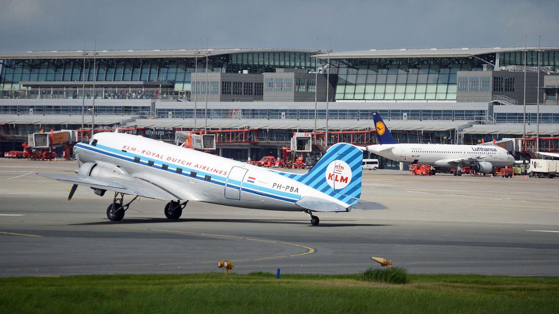 """Zum Rundflug über Hamburg hat die Maschine die Startfreigabe von Tower erhalten. Die """"Grand Old Lady"""" der Lüfte rollt zur Bahn 15/33des Hamburger Flughafens."""