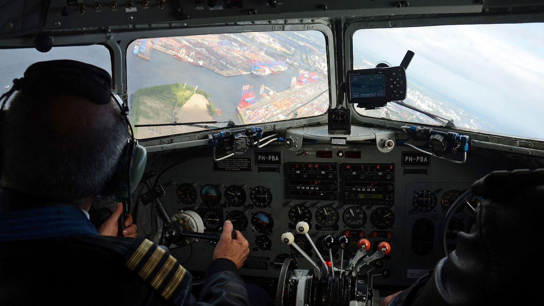 Blick durch die Cockpitscheiben auf den Containerhafen