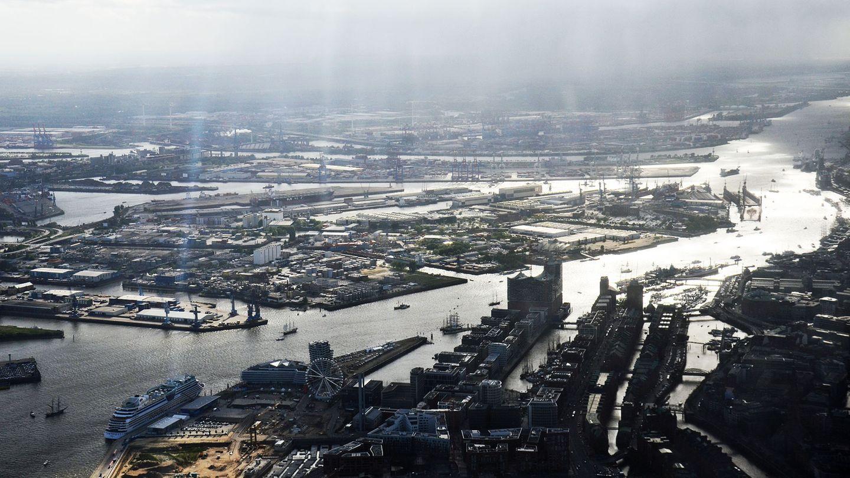 Hamburger Hafen im Gegenlicht