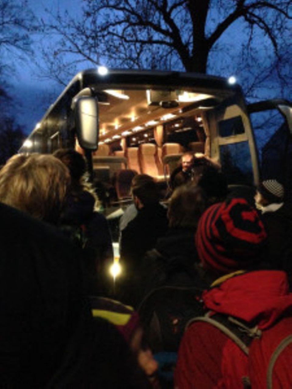 Neulich im Auto: Yeah: Der erste (und einzige) Bus nimmt einen kleinen Teil der gestrandeten Fahrgäste auf.