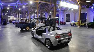 Rund 30 Autos stehen bereit in der Halle
