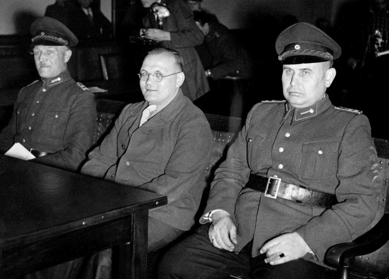 Der Serienmörder Rudolf Pleil (Mitte) vor Gericht