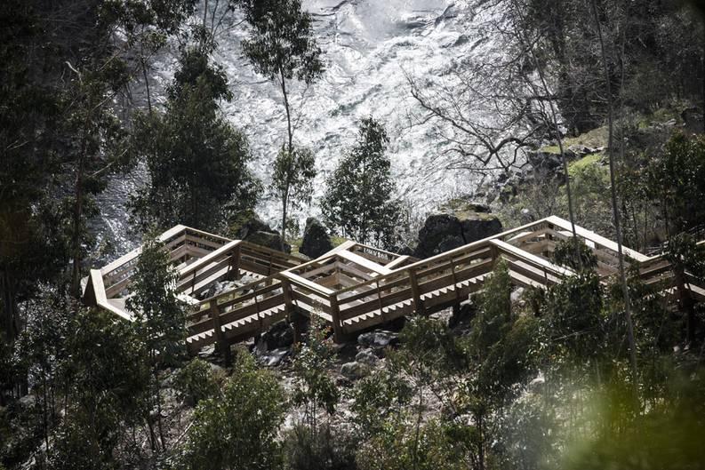 Hölzerne Treppen des Paiva Walkways