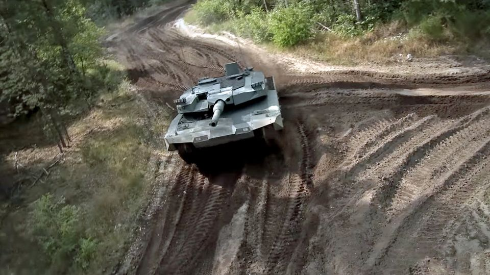 Von oben ist der erweiterte Turm des Leopard 2 gut zu erkennen.