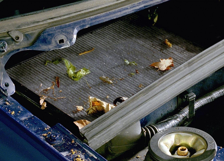 Ein Auto saugt den Dreck förmlich an