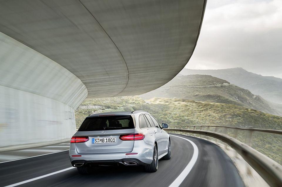 Mercedes E Klasse T-Modell - das Heck präsentiert sich breiter als bisher