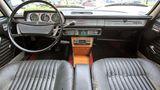 Das Cockpit des Peugeot 504 GL.