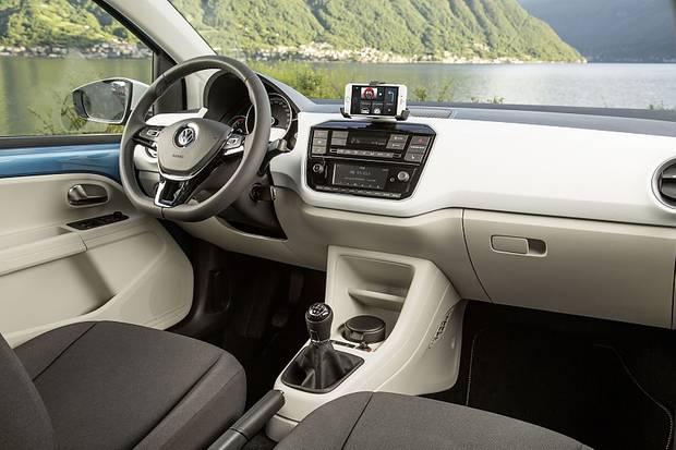 Das eigene Handy wird mit dem Fahrzeug verbunden