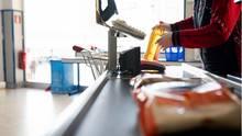 Supermarkt: Kassiererin beantwortet Fragen