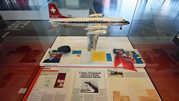 """Vitrine mit der anzeige: """"Eines morgens gab es keine Swissair mehr."""""""