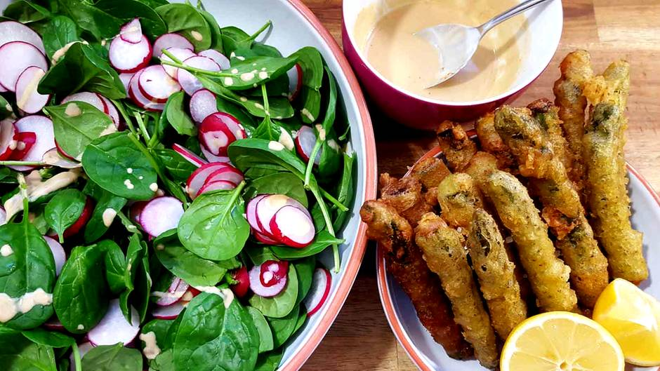 Raffinierte Rezepte: Absoluter Hingucker: Spargel-Tempura mit Spinat-Salat