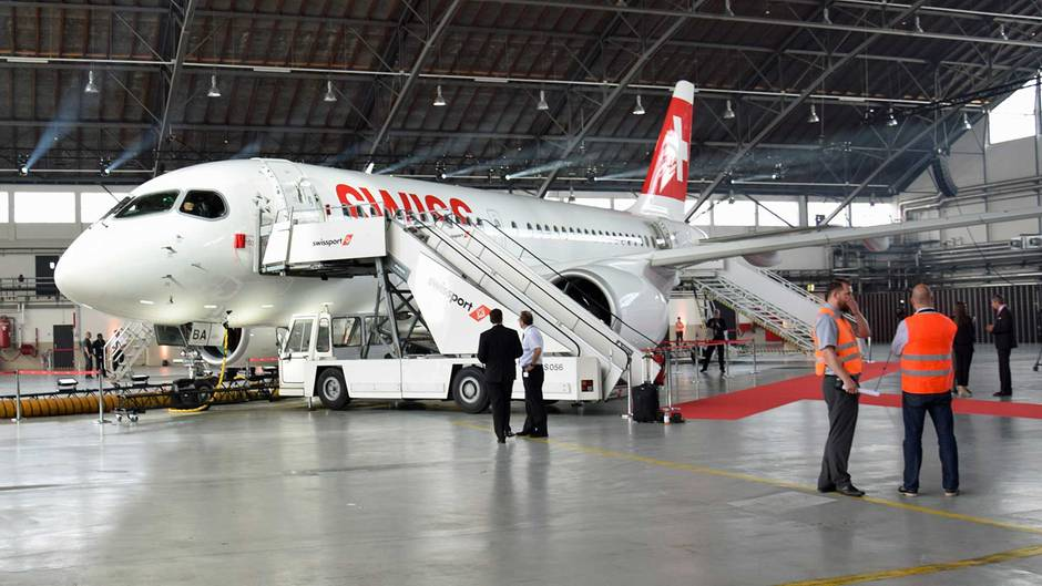 Bombardier CS100 von Swiss im Hangar