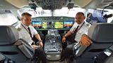 Piloten im Cockpit der SC100 von Swiss
