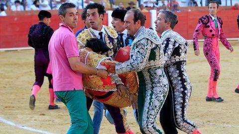 Victor Barrio wird leblos aus der Arena getragen