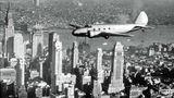 Eine Boeing 247 über Manhattan