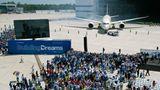 """Viel Lehrgeld zahlte Boeing durch den erstmaligen Einsatz von modernen Werkstoffen im großen Stil bei der Entwicklung des """"Dreamliner"""", der mit jahrelanger Verzögerung Ende 2011 der ersten Airline übergeben wurde.Mehr als 50 Prozent von Rumpf und Flügeln sind aus Kunststoffen und Karbon gefertigt."""