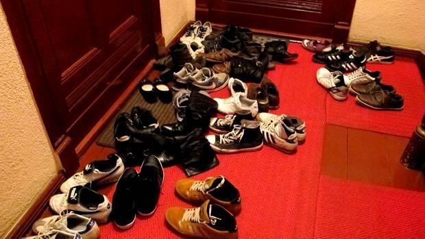 Schuhe im Treppenhaus