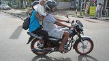 Was guckst Du so? Noch nie eine Familie auf einem Motorrad gesehen?