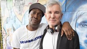 DJ Grandmaster Flash (l) und Starregisseur Baz Luhrmann n London. Foto: James Gillham/Netflix