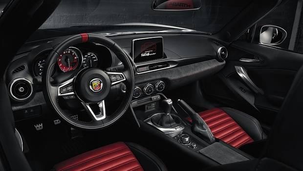 Schicke Sportlichkeit: das Abarth-Cockpit ist gelungen