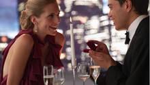 Die Ergebnisse der Studie verblüffen: Gut ausgebildete Frauen sagen ja zur Ehe und die Männer reißen sich um sie.