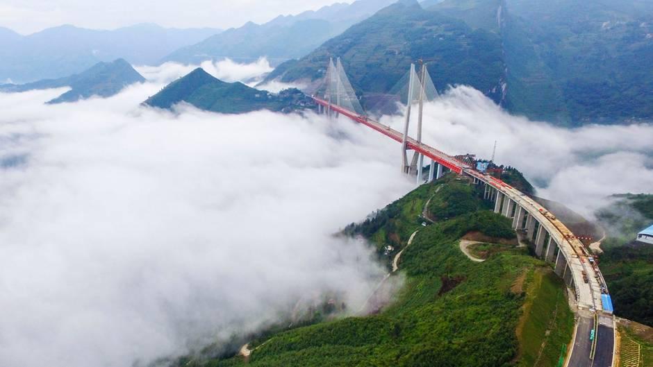 Die Brücke spant sich über die Schlucht eines Flusses.