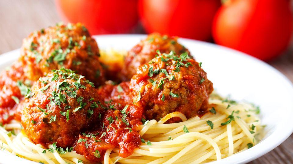 """Niemand wird wohl die romantische Szene zwischen """"Susi und Strolch"""" vergessen, die sich mit ihren Schnauzen Fleischbällchen zuschieben und gemeinsam an einer Spaghetti-Nudel schlürfen. Vergessen Sie dieses Bild ganz schnell wieder! Spaghetti beim ersten Date zu bestellen, ist eine ganz schlechte Idee. Oder haben Sie sich Gedanken gemacht, wie Sie die Spaghetti daran hindern von der Gabel zu flutschen?"""
