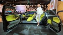 Girls auf der Paris Auto Show 2016 Citroen CXperience