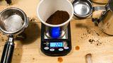 Gar nicht so einfach, die exakt richtige Menge Espressopulver für zwei Tassen abzumessen