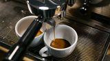 In der Extraktionsphase wird mit Druck Wasser durch den Puk gedrückt, dadurch werden dem Kaffee Aromen, Bitterstoffe, Fette, Säuren und Mineralien entzogen