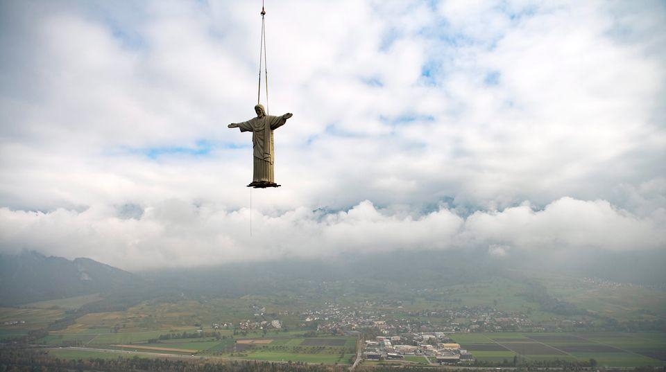 Pfäfers, Schweiz.Diese Kopie der Christus-Statue von Rio ist 11 Meter groß und wird per Helikopter auf den Guschastein gebracht.