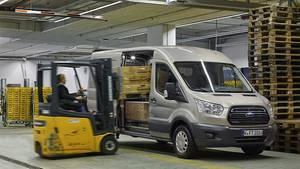 Der Ford Transit lässt sich aufgrund der beiden Schiebetüren leicht beladen