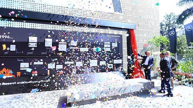 Seit 20 Jahren existiert der Standort Bangalore: Mercedes-Forschungs- und Entwicklungsvorstand Dr. Thomas Weber (rechts) ist nach Indien gekommen, um das zu feiern
