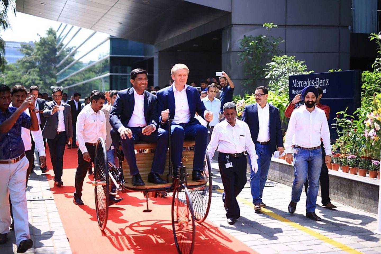 Zusammen mit dem Chef des Mercedes-Entwicklungszentrums, Manu Saale (rechts), fährt Dr. Thomas Weber auf einem klassischen Gefäh