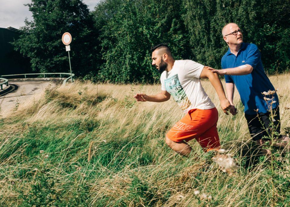 Politik: Bloß weg vom Bürogebäude: Tolga und Stephan flüchten. Ist einer der Attentäter hinter ihnen her?
