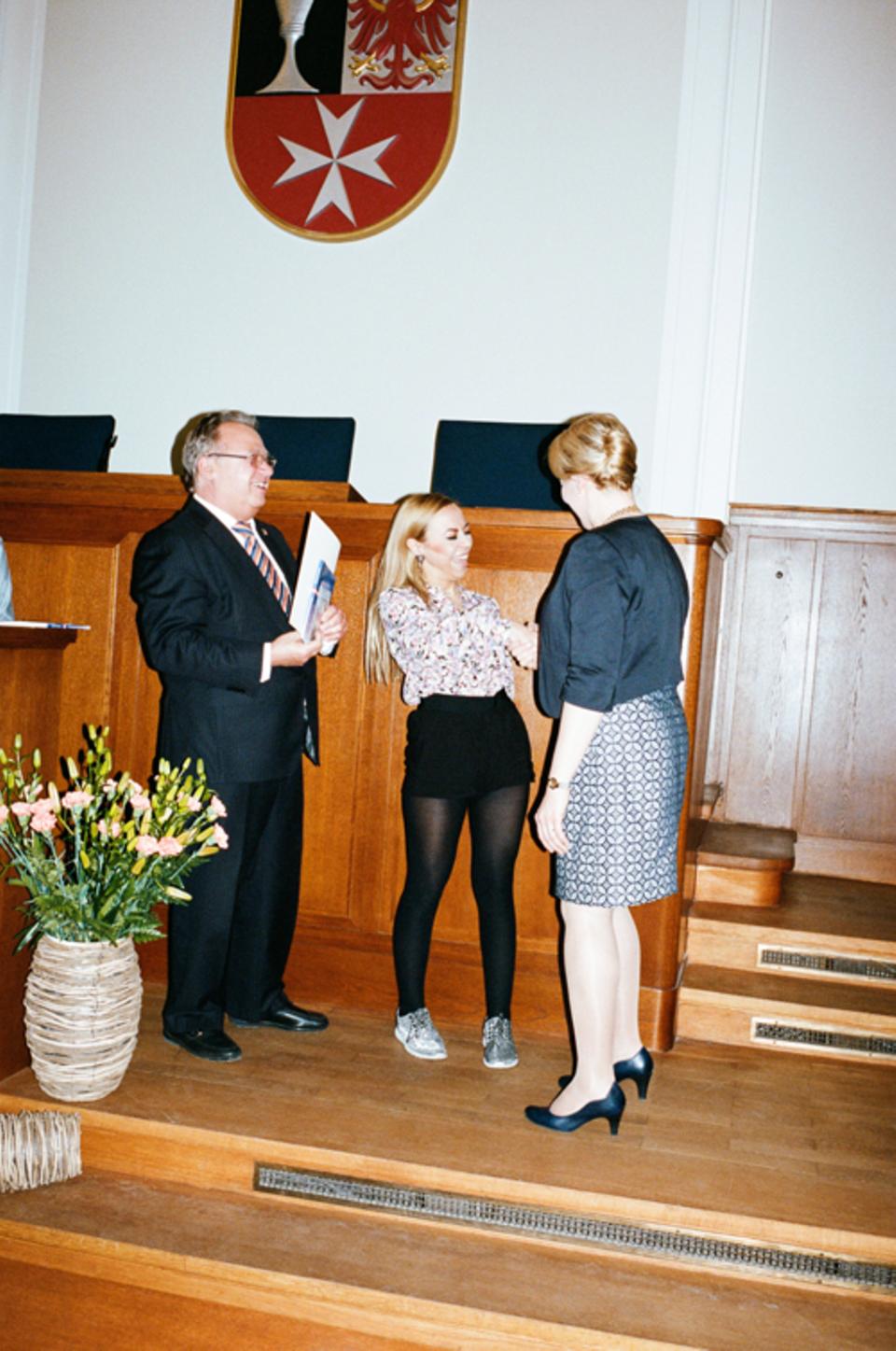 Politik: Neu eingebürgerte Deutsche müssen im Rathaus einen Eid auf die Verfassung ablegen. Danach übergibt Giffey die Einbürgerungsurkunde.