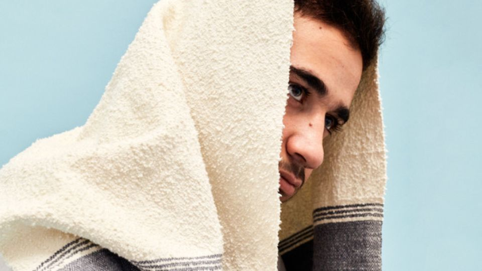 Ein Handtuch auf dem Krieg in Syrien: Ein syrischer Flüchtling in Berlin trägt das Handtuch seiner Familie auf dem Kopf