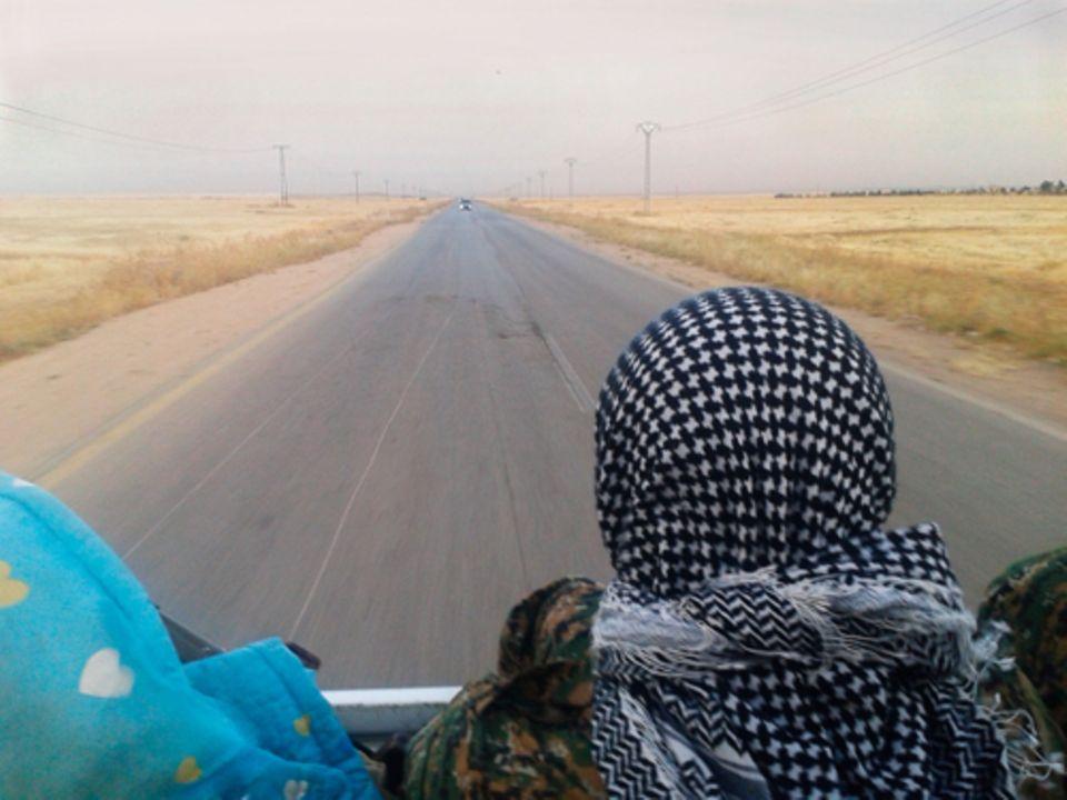 Politik: Ein kurdischer Kämpfer auf der Ladefläche eines Transporters. Philip hat diese Fotos mit seinem Handy gemacht.