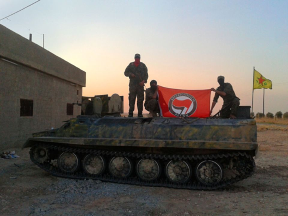 Politik: Kämpfer aus Philips Einheit hissen die Antifa-Flagge. Aus Deutschland beteiligen sich auffallend viele Linke am Kampf gegen den IS.