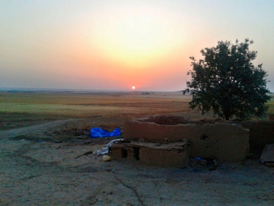 Politik: Sonnenuntergang in Syrien. Die Natur lässt sich in ihrer Schönheit von dem schon jahrelang andauernden Krieg nicht beeindrucken.
