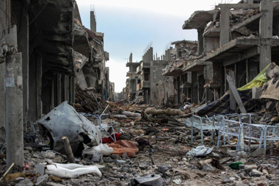 Politik: »Auf den Krieg kann man sich gedanklich nicht vorbereiten« – Eine der zerstörten Hauptstraßen von Kobani. Der Kampf um die Stadt endete mit der Vertreibung der IS-Einheiten. Die flächendeckende Zerstörung geht auch auf die US-geführten Luftangriffe zurück.