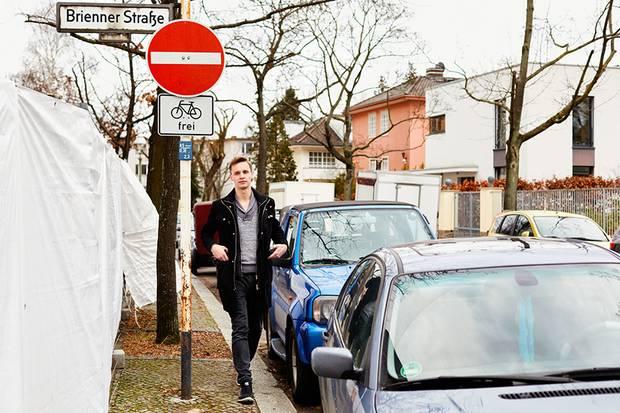 Philip Bertram auf dem Weg zu seiner Arbeit. Er leistet Flüchtlingshilfe in einer Berliner Erstunterkunft.