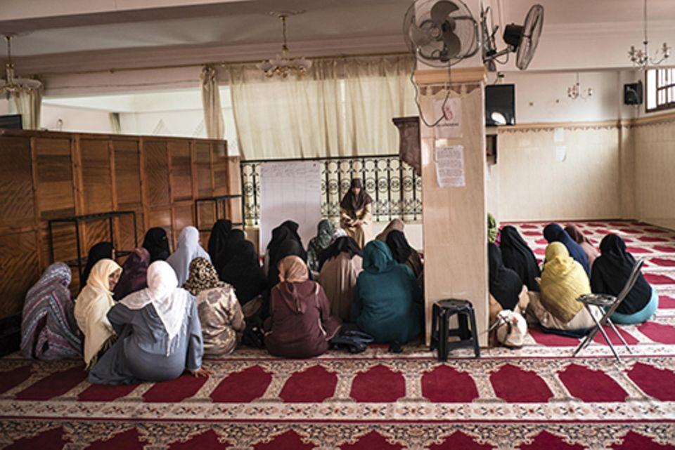 Imanin in Marrakesch: Für viele Frauen ist Hind die einzige Person außerhalb ihrer Familie, der sie vertrauen – und mit der sie über ihre Probleme sprechen.
