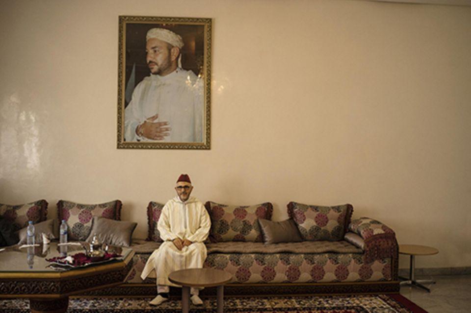 Imanin in Marrakesch: Der Leiter der Mourchida-Schule, Abdesselam Lazaar (oben das in Marokko allgegenwärtige Porträt von Mohammed VI.).