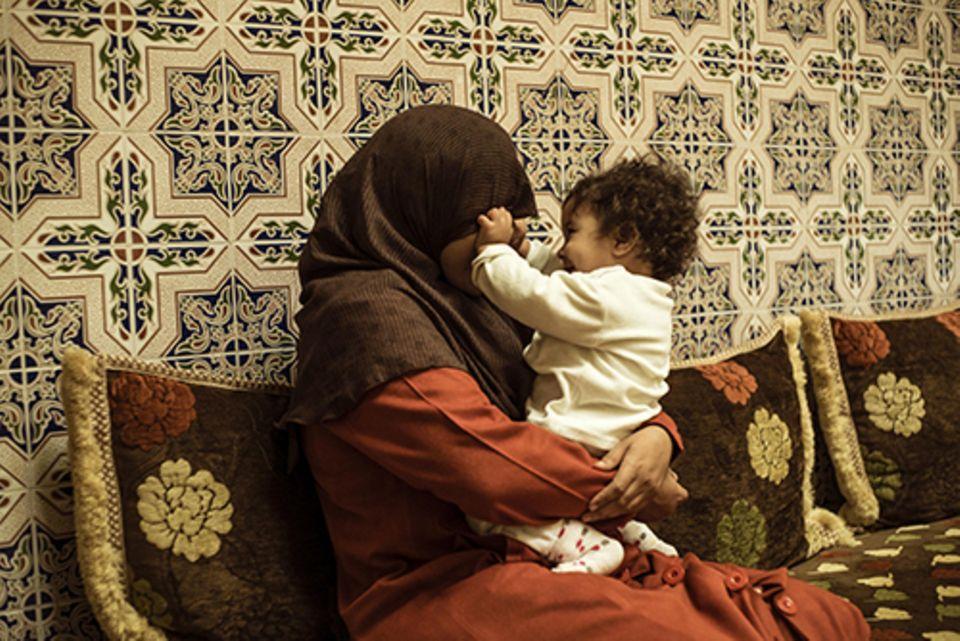 Imanin in Marrakesch: Ihr Job lässt Hind wenig Zeit für die Familie. Zwischendurch fährt sie nach Hause, um die Kleine zu stillen.