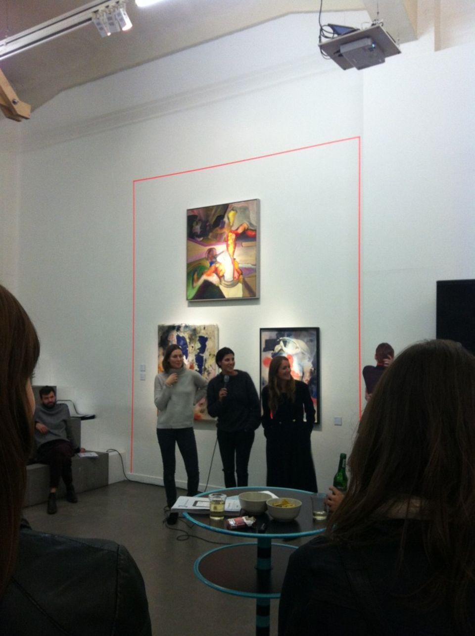 Freizeit: NEON-Chefredakteurin Nicole Zepter, Modeleitung Aicha Reh und Moderedakteurin Lesley Sevriens (v.l.n.r.) bei der Ausstellung.