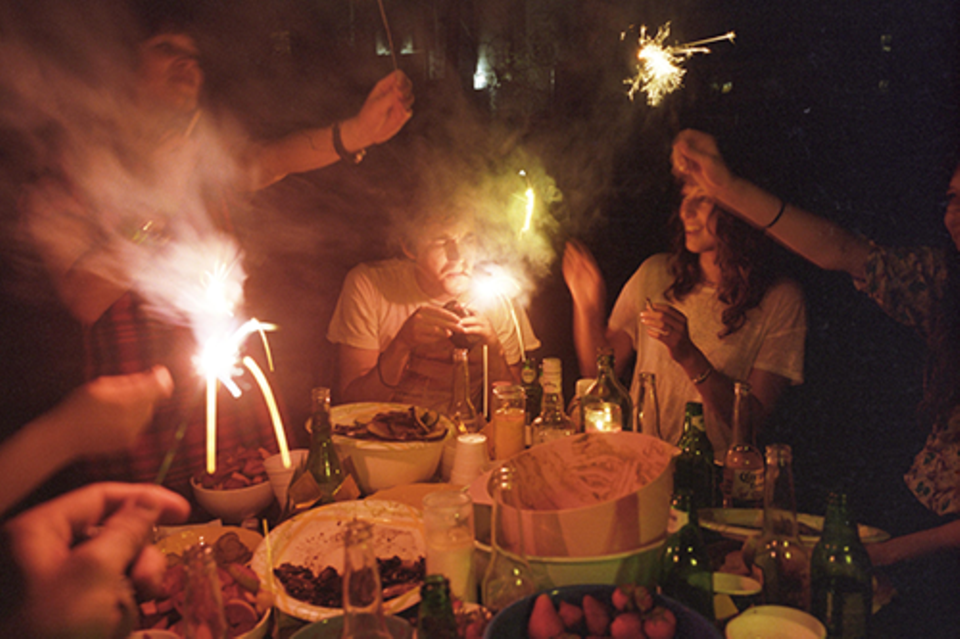 Zuhause: Die schönen Erinnerungen an das Fest bleiben einem zum Glück länger erhalten als das schmutzige Geschirr in der Spüle.